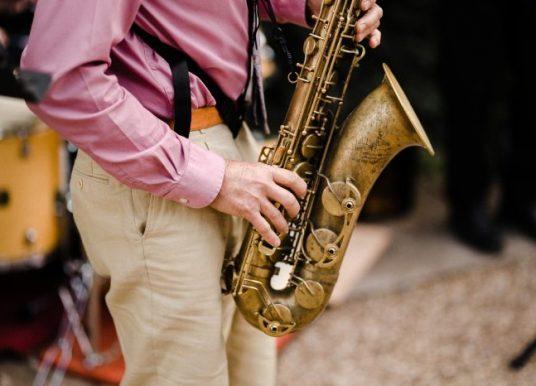 Трудно ли е човек да се научи да свири на саксофон?